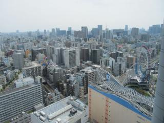 南東方向には日本橋・大手町のオフィスビル。手前に見えるのは東京ドームシティ。