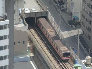 ビルの谷間には地下鉄丸ノ内線のトンネル出入口