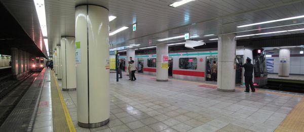 九段下駅で顔を合わせる都営新宿線10-000形と東急田園都市線5000系