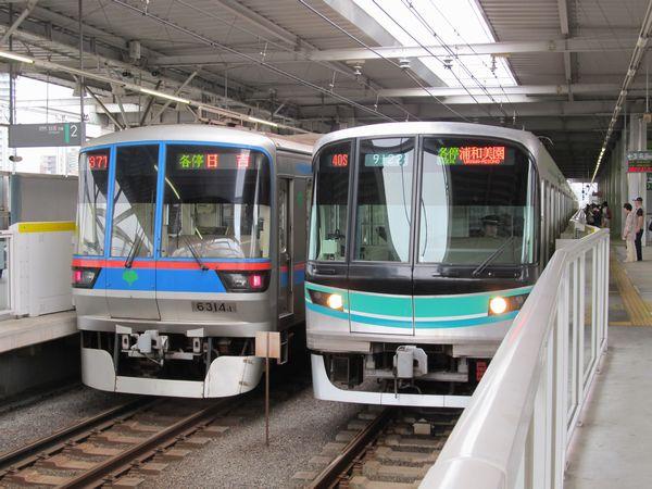 目黒~白金高輪間で線路を共有する都営三田線の6300形(左)と東京メトロ南北線9000系(右)