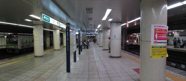 壁が撤去され、一体化された半蔵門線押上方面行きホーム(右)と都営新宿線新宿方面行きホーム(左)