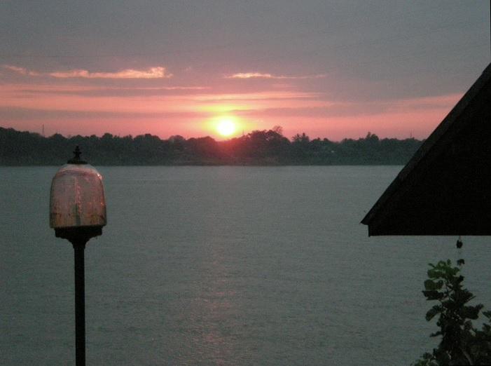 2014-1-1メコン川の夜明け手前はタイ、対岸はラオス