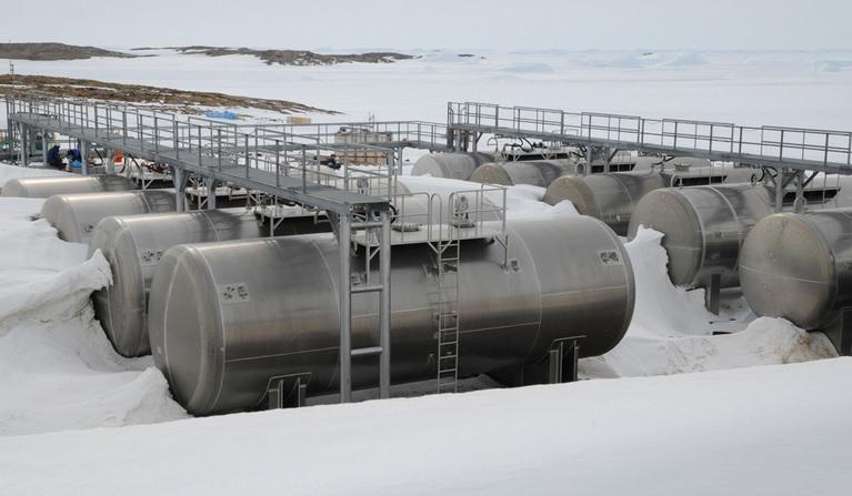 2014-1-5しらせ接岸成功2011年1gatsu5nichi のホース敷設作業