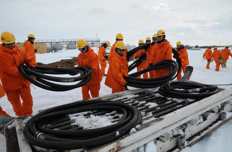 2014-1-5しらせ接岸成功2011年のホース敷設作業