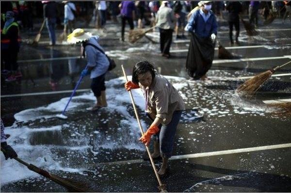 2014-1-11タイの反政府デモで集会後清掃するデモ参加者12月4日