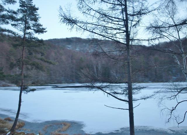20131216御射鹿池も凍結 (14)