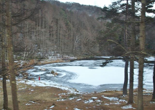 20131216御射鹿池も凍結 (17)