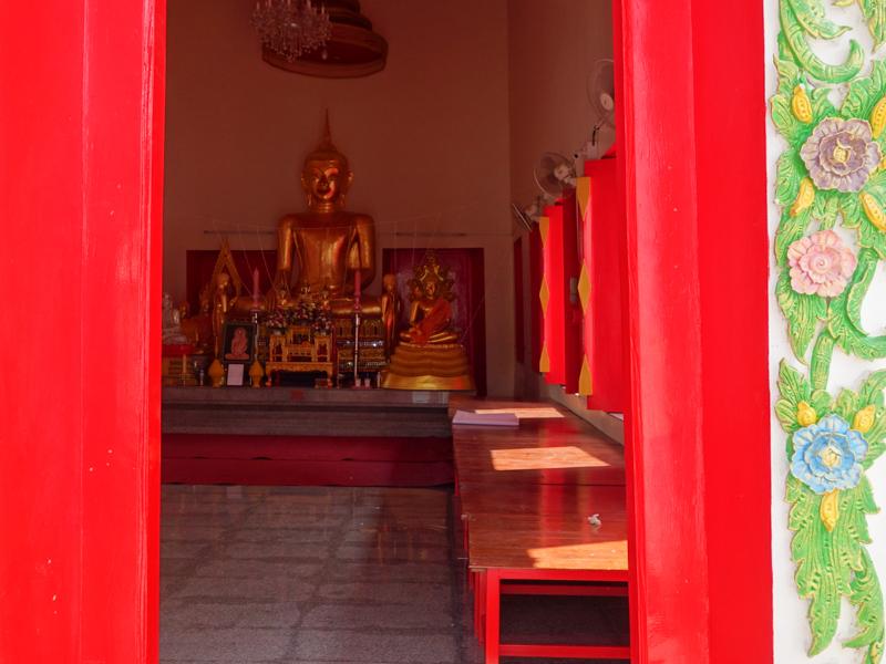 赤い扉のお寺
