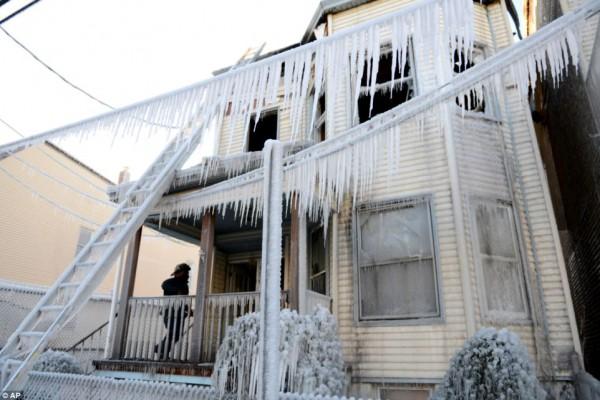 自然の猛威2(凍る家)