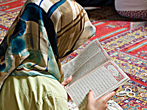 コーランを読む女性image