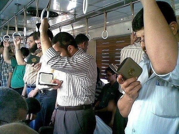 コーランを読む人たちimage