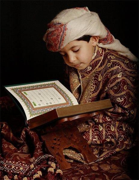 コーランを読む少年image