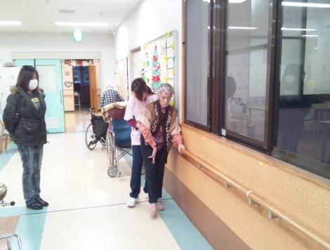作業療法室で歩行のリハビリする母を援助する作業療法士と見守る嫁を写メしました.