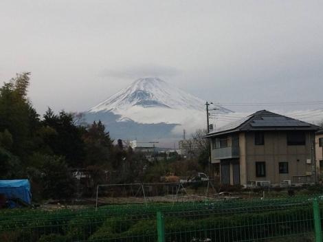 2013年末に撮った富士山の頭に雲の傘が乗った写真