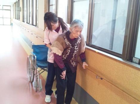 母の歩行訓練リハビリを綺麗な作業療法士の女性が介護する姿に母を声援しながら綺麗な女性介護士に目移りした瞬間を写メで
