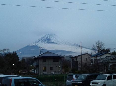 母のリハビリ入居する施設から見舞い帰りに撮った世界文化遺産富士山の頭に雲の傘が残っていた光景を写メ