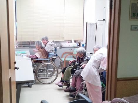あいの郷の言語療法室で右半身麻痺の母は左手で文字を書くリハビリしてる光景を写メした