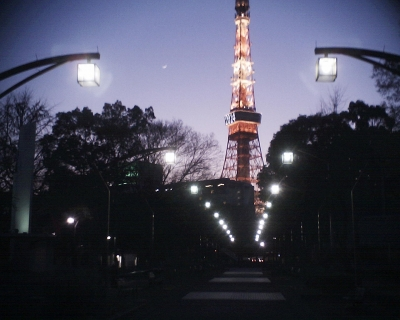 西暦表示の東京タワーと三日月:R2
