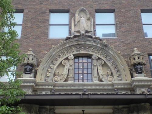 鷲と少女の像