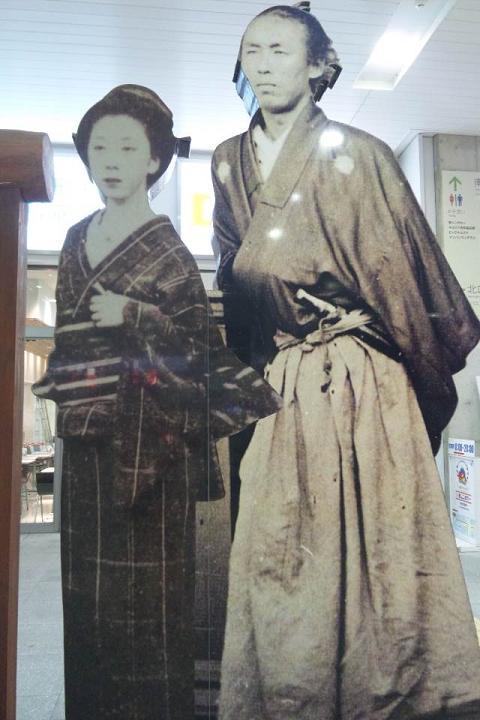 竜馬とおりょうIN高知駅