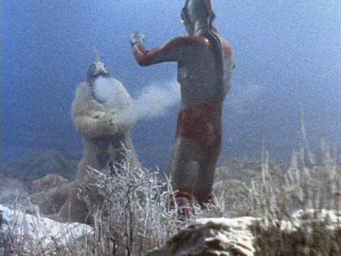 ウルトラマンジャックを氷漬けにするスノーゴン
