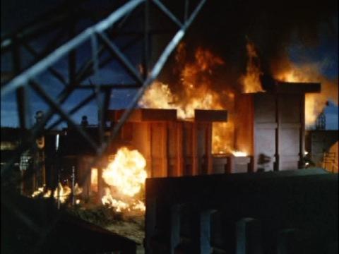 シャドー星人に爆破されるマルサン倉庫