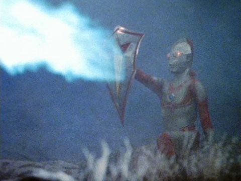 ウルトラディフェンダーでスノーゴンのスノーフリーザーをはね返すウルトラマンジャック