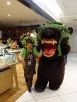 10:34 ゆるキャラの「メロン熊」となっちゃんが空港内を回っていました。