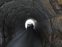 12:07 トンネルの中をタクシーが抜けました。