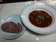 18:56 洋皿 ビーフストロガノフ(高千穂牛) (黒米のフランスパン付き)