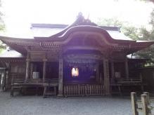 5:52 神楽殿 ・・・ 中央に鏡が光っています。