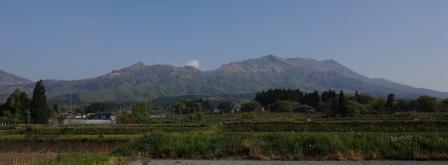 8:43 白川水源 第三駐車場からの阿蘇の山々の眺め(中央の煙が中岳ね)