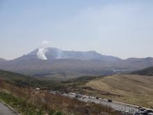 10:47 向こうの煙は、中岳の火口ね。