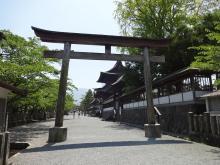 12:49 阿蘇神社 ~ 横に続く参道です。