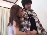 娘の彼氏を誘惑して寝取るエロ母親動画!