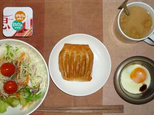 アップルパイ,サラダ,目玉焼き,ヨーグルト,コーヒー