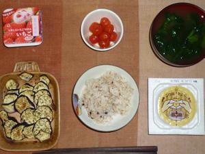 胚芽押麦入り五穀米,納豆,焼き茄子,冷やし漬けトマト,ほうれん草のおみそ汁,ヨーグルト