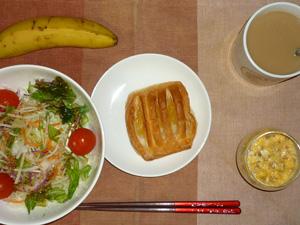 アップルパイ,サラダ,ひき肉入りスクランブルエッグ,バナナ,コーヒー