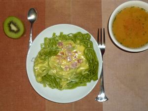 3種チーズのカルボナーラ ほうれん草を練り込んだフェットチーネ,トマトスープ,キウイフルーツ