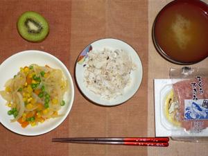 胚芽押麦入り五穀米,納豆,マグロのすきみ,ミックスベジタブルと玉ねぎのソテー,ワカメのおみそ汁,キウイフルーツ
