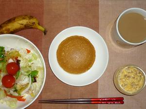 ホットケーキ,サラダ,ひき肉入りスクランブルエッグ,バナナ,コーヒー