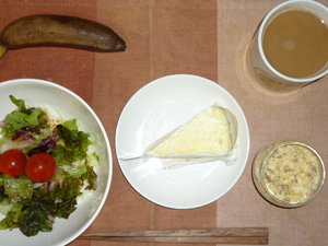 チーズケーキ,ひき肉入りスクランブルエッグ,サラダ,バナナ,コーヒー