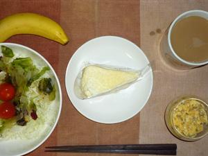 チーズケーキ,サラダ,ひき肉入りスクランブルエッグ,バナナ,コーヒー