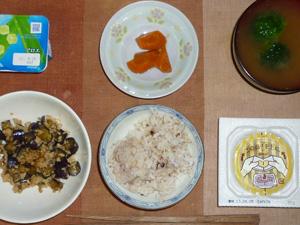 胚芽押麦入り五穀米,納豆,茄子とひき肉の甘辛味噌炒め,ニンジンの煮物,ブロッコリーのおみそ汁,ヨーグルト