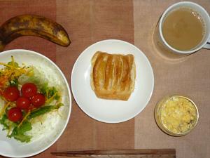 アップルパイ,サラダ,スクランブルエッグ,バナナ,コーヒー