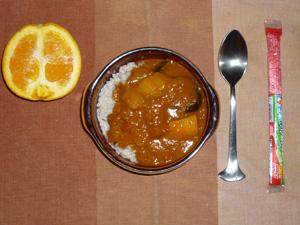 夏野菜のカレーライス,お魚ソーセージ,オレンジ