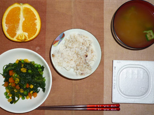 胚芽押麦入り五穀米,納豆,ほうれん草とミックスベジタブルのソテー,オクラのおみそ汁,オレンジ