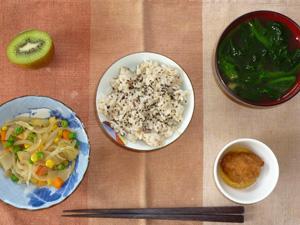 栗ご飯,玉葱とミックスベジタブルのソテー,鶏の唐揚げ,ほうれん草のおみそ汁,キウイフルーツ