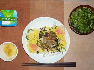 きのこと山菜のちらしずし,蒸しジャガ,葉葱とほうれん草ののおみそ汁,ヨーグルト