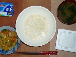 玄米粥,納豆,玉葱とミックスベジタブルのソテー,ほうれん草とおみそ汁,ヨーグルト